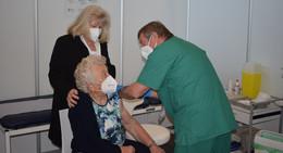 Impfzentrum geöffnet: 91-Jährige aus Antrifttal bekommt den ersten Pieks