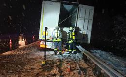 Lkw kommt von A5 ab: Tank aufgerissen, 500 Liter Diesel ausgelaufen