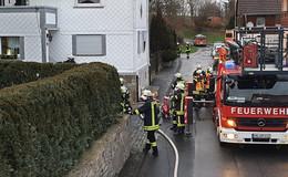 Wohnungsbrand in Merlau: Einsatzkräfte löschen Feuer - Haus unbewohnbar