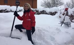 Im Kampf gegen die Schneemassen: Sabine Diegel versinkt im Schneechaos