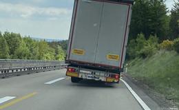 So nicht! Autobahnpolizei untersagt zwei Sattelzügen die Weiterfahrt