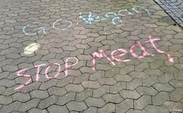 Botschaften in der Innenstadt: Unbekannte fordern veganen Lebensstil