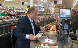 Bürgermeister Dietrich an der Kasse des Lidl-Marktes