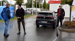 Popstar Wincent Weiss für RTL mit E-Auto unterwegs - Stopp beim TÜV