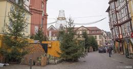 Die Adventszeit rückt näher: Weihnachtsbeleuchtung hängt in der Innenstadt