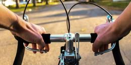 Zehnjähriger Fahrradfahrer stürzt schwer und wird von Auto überrollt