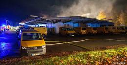 Feuer in Postverteilerzentrum gelöscht - aufwendige Nachlöscharbeiten