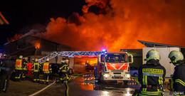 Lagerhalle mit Autos brennt nieder - Explosionen und meterhohe Flammen