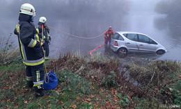 Pkw muss aus Fulda gezogen werden - Feuerwehr und Polizei im Einsatz