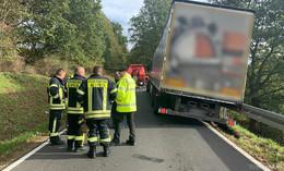 Nach Unfall mit Bus auf L3156 : Lkw drohte abzustürzen