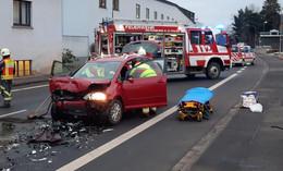 Nach Frontalzusammenstoß auf B 83: Fahrer im Unfall-Auto eingeklemmt
