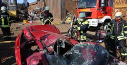 Auto von Schutzplanke gepfählt - 30.000 Grad heißes Schneidgerät im Einsatz