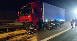 Sekundenschlaf: Fahrer kracht mit Kühllastzug in Fahrbahnteiler der A4