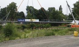 Mittelstück der neuen barrierefreien Fuldabrücke eingesetzt