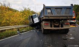 Tödlicher Unfall auf der Landstraße: Transporter prallt gegen Kieslaster