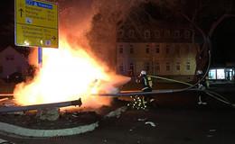 Auto prallt gegen Findling und fängt Feuer - Insassen können sich befreien