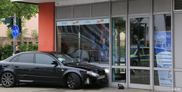 Crash am Kinocenter: Audi in Schaufensterscheibe gekracht
