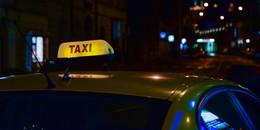 Mit Schusswaffe bedroht: Unbekannter raubt Taxifahrer aus und flüchtet