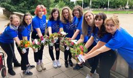 Blumige Verteilaktion: ESS-Schülerinnen zaubern ein Lächeln ins Gesicht