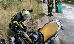 Unfall auf der Landstraße: Motorradfahrer in Kurve ausgerutscht und gestürzt