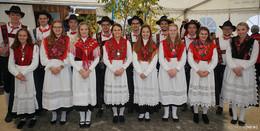 Zeltkirmes für die Dorfbevölkerung mit Tanz und Gesang