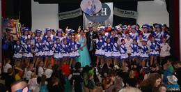 Das neue Hosenfelder Kinderprinzenpaar feiert mit seiner Kindernarrenschar