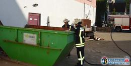 Unrat in einem Schuttcontainer brannte
