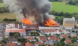 Rauchwolke über der Stadt: Großbrand im Warenzentrallager der Raiffeisen