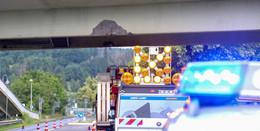 Bagger kollidiert mit Brücke: B27 nach Zusammenstoß kurzzeitig gesperrt