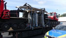 Gefahr abgewendet: Autobahnpolizei stoppt Sattelzug - katastrophale Sicherung!