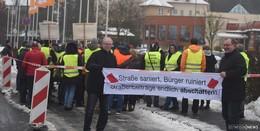 Demonstration von 50 Gegnern von Straßenbeiträgen - Finanzieller Ruin