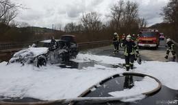Brennendes Fahrzeug auf B83 zwischen Baumbach und Rotenburg