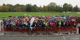 Knapp 1000 Läuferinnen und Läufer im Regen für den guten Zweck gelaufen