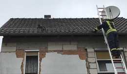 Katze wird vom Dach gerettet und entwischt auf Nimmerwiedersehen