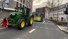 Über 200 Traktoren rollen durch die Stadt - Polizeihubschrauber IBIS im Einsatz