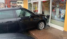 Schock: schwarzer Skoda fährt in Apotheke - zwei Verletzte (86 und 91)