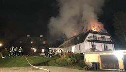 Reetdach in Vollbrand: Stundenlange Löscharbeiten fordern massive Kräfte