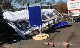 Totalschaden durch Sturmböe am DRK-Test-Zelt auf dem Wella-Parkplatz