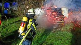 Brand in Hattenhof: Holzstapel im Freien fängt Feuer - Ursache unklar