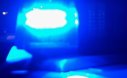 Auto kommt auf regennasser Straße von Fahrbahn ab - Zwei Verletzte