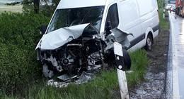 Kleintransporter prallt gegen Auto, zwei Verletzte