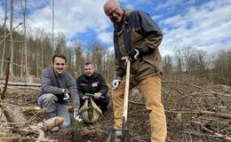 Pflanz-eine-Blume-Tag: Finanzminister Schäfer & Co. forsten Wald auf