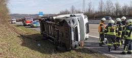 Crash auf der A7: Fahrer in umgekipptem Kleintransporter eingeschlossen