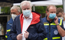 Bundesinnenminister Seehofer stellt Warn-SMS in Aussicht