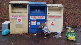 Bild des Grauens: Müll und Elektroschrott lagern vor Altkleidercontainern