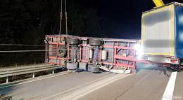 Lkw-Gespann kippt samt 23 Tonnen Aluminiumprofilen