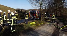 Brennendes Gras und Gestrüpp an einem Parkplatz