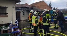 Dachüberstand fängt Feuer: Hausbesitzer verletzt sich bei Löschversuch