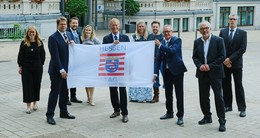 OB Heiko Wingenfeld bringt Hessentagsfahne in die Landeshauptstadt