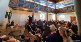 Odensachsener Bauernbarock-Kirche im Liegen zu bestaunen